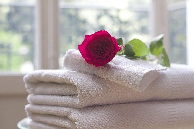 ręczniki w pokoju hotelowym